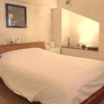 【禁煙スモールダブル】205号室のスモールダブルのお部屋。カーペットも張り替え、より快適に♪