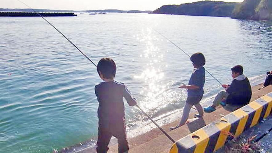宿前の桟橋で釣りが楽しめます!