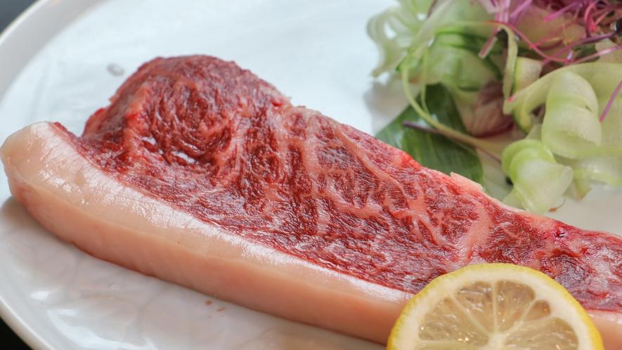 黒毛和牛のステーキはミディアムレアで♪お肉の旨味を感じられる一品です