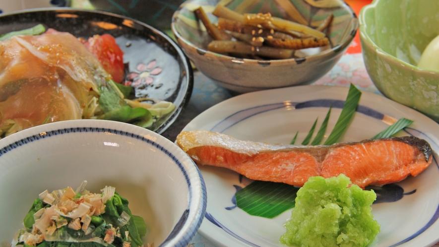 地元野菜や山菜を使った和朝食。
