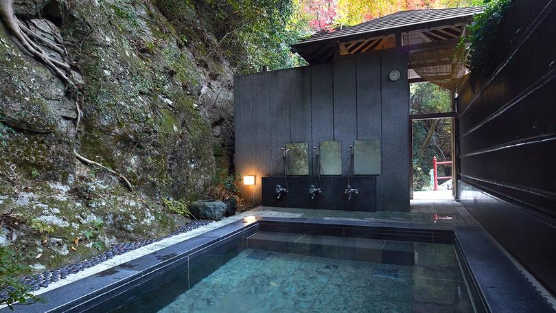 *【露天風呂】/野趣あふれる洗い場で肌で季節を感じられます。