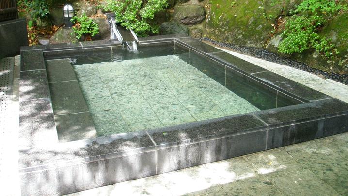 *露天風呂/お湯に浸かりながら、四季を彩る岩山の景観を