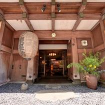 *400年の時を超えて現存する歌舞伎門の門構え。関東大震災でも倒壊せず唯一残る見事な建築物。