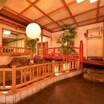 *【ロビー】/鈴川に架かる橋をオブジェに。館内に居ながらも涼やかなせせらぎが聴こえてきそう。