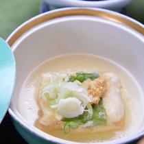 *【ご朝食一例】/大山名産の自家製豆腐を中心に、季節の味覚を盛り込んだ心尽くしの品々。