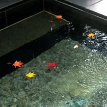 *【露天風呂】/湯船には露天ならではの装飾がなされます。