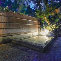 *【露天風呂】/夜はライトアップされた淡い光が幻想的。