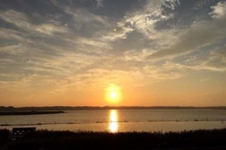 真っ赤な朝日に彩られる北浦湖の地平線