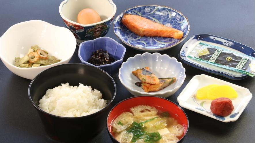 ☆日本の朝食。小鉢には山の幸を中心にご用意。