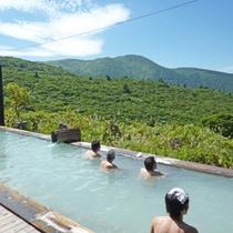 *【露天風呂】目の前に広がる、雄大な光景とともに温泉を楽しむ。