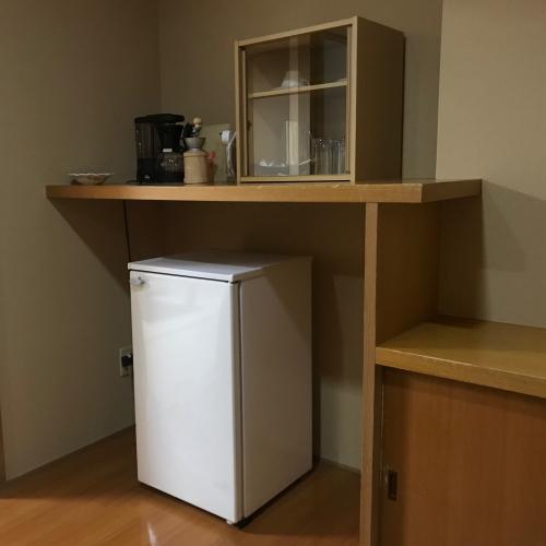 全ての客室に持込用冷蔵庫、コーヒーセット、グラス、栓抜き、緑茶セット、お茶うけをご用意しています