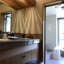【和洋室のバスルーム】大き目のバスタブと2か所のシャワーがございます