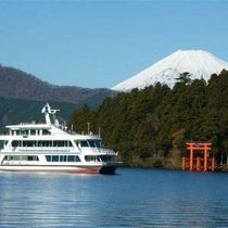 【箱根芦ノ湖遊覧船】当館から約17㎞、車で25分。周遊運賃は大人1,200円~コースにより変動