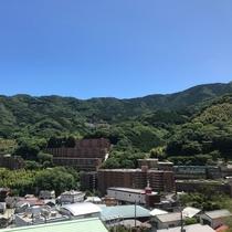【和室10畳からの景色】岩戸山の稜線、リゾートマンション、温泉地などを望みます