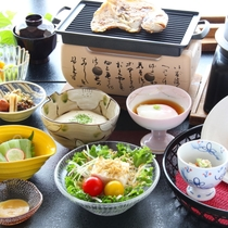 【朝食~夏~】箱根地野菜、小鯛、麦とろ釜飯など地の物にこだわったお食事をご用意致します