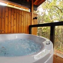 白壁のコテージ風呂