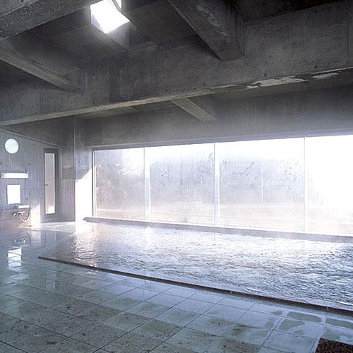 *大浴場/たっぷり湯量の温泉に浸かって心身ほぐすひと時を