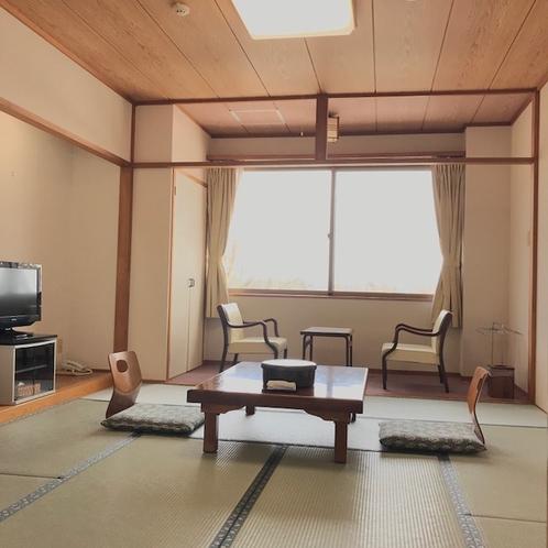 客室一例/落ち着いたお部屋でのんびりと。足を伸ばしてごろり。