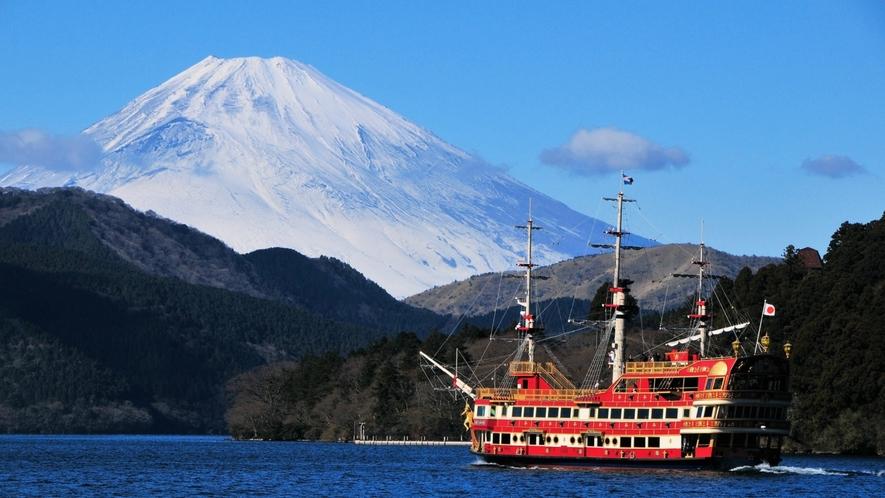 晴れた芦ノ湖からは富士山が一望できます