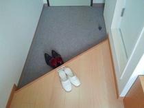 室内はフローリングです。靴を脱いでお寛ぎ下さい。