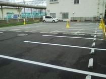 無料平面駐車場です。
