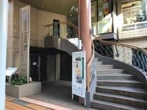当館入口は階段を上った先にございます。