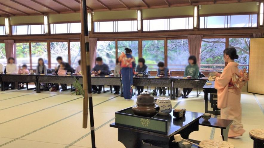 *【初福茶】正月三が日には初福茶席が用意されます。お菓子と招福の守護宝銭つきです。