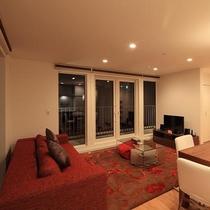 辺りの景色を楽しめる大きな窓が付いたリビングルームです。