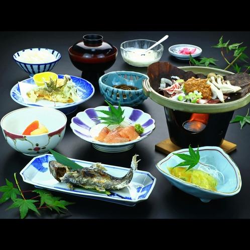 奥多摩の清流で育った鮎やイワナなどの川魚と、当館自家製の旬の料理を楽しめる基本会席。