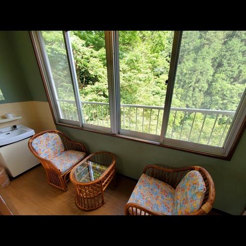 窓からは奥多摩の大自然と多摩川の清流。