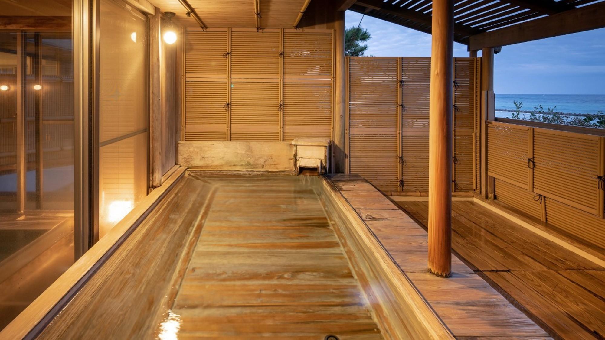 目の前に東伊豆の大海原が広がる当館自慢の露天風呂♪ゆったり浸かれる「寝ころび湯」は最高の贅沢・・
