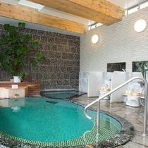 【男性大浴場・内湯】源泉かけ流し。温泉の口コミ平均★4.6以上の上質なお湯を体感ください