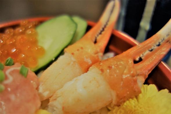 【朝食はお部屋にテイクアウト】いくら・サーモン・甘えび・蟹爪・ネギトロ・とびっこなど贅沢な海鮮丼!