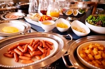 【朝食】ウィンナーやベーコン、スクランブルエッグ、鶏の照り焼き、カレーやサラダなど洋食も充実。