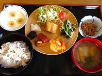 喜多方産コシヒカリ、醤油や味噌など調味料もふくめて、地元食材をとりいれた朝食。