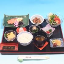朝食膳(一例)_お馴染みの焼魚定食で、岩手の「旬の素材」を堪能