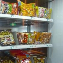 自動販売機にて各種お菓子も販売しております。