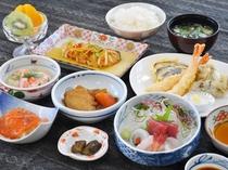 【ご夕食】ボリュームたっぷりの女将特製夕食膳です。