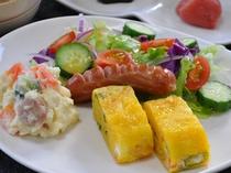 【ご朝食】緑黄色野菜、サラダ、卵料理の一例