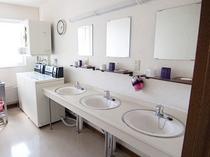 【洗面所】洗面台も綺麗に清掃され、洗濯機、乾燥機、ドライヤーもご用意しております。