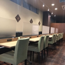 【2F癒しカフェ】USB・電源コンセント付のワークテーブルでビジネスマンも安心。