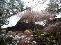 合掌造りの初雪(25年11月30日撮影)