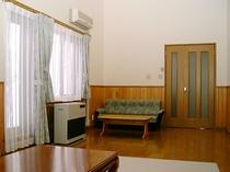 【リビングルーム】二階建てコテージのリビングです。約18畳の広々空間。