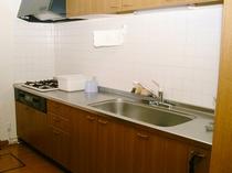 【コテージ内キッチン】使いやすい広々としたキッチンです。