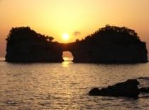 夕日が沈む円月島
