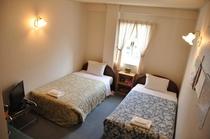 ツインルーム:白を基本とした清潔感溢れるお部屋♪