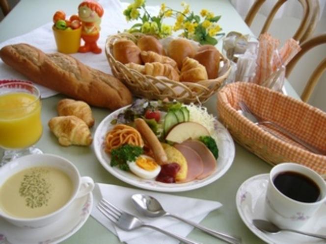 穏やかな陽光を浴びながら、朝食に舌鼓♪(朝食一例)