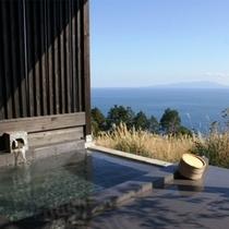 源泉かけ流しの客室露天風呂はご滞在中はいつでもお入りいただけます。