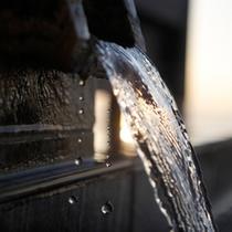 敷地内から汲み上がる自家源泉をかけ流し。