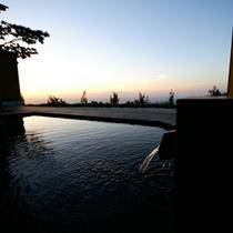 朝焼けにつつまれた大露天風呂。